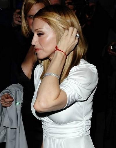 Мадонна з червоною ниткою на руці
